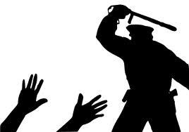Policía Nacional da una brutal paliza a un vecino de Lavapiés y lo deja abandonado en el aeropuerto de Barajas Archivado en (Internacional, Represion) por CNT de Sagunto el 28-06-2013  M D (no quiere dar su nombre completo por miedo a las represalias de la policía), en trámites de regularización de su permiso de residencia en España, fue agredido por cuatro agentes de la Policía Nacional que pretendían embarcarlo en un vuelo regular en la mañana del pasado jueves 20 de junio. Finalmente, ante la imposibilidad de deportarlo, lo dejaron malherido en las inmediaciones de la Terminal 4 del Aeropuerto de Madrid Barajas. M D, de 33 años, y vecino de Lavapiés, consiguió llegar en autobús hasta la estación de Atocha en el centro de la capital. De allí fue trasladado inmediatamente por varios vecinos al Centro de Salud de Lavapiés en la plaza de Agustín Lara, donde se le trató de urgencia de sus heridas y se le realizó un primer parte de lesiones, presentando fuertes contusiones por rodillazos y patadas en las cervicales, la región lumbar y heridas en las muñecas por las bridas con las que estuvo inmovilizado durante horas. Actualmente, permanece en observación. Por miedo a las represalias de la policía, tiene miedo de presentar denuncia por agresiones en los Juzgados de Plaza de Castilla.  Lo que ha vivido en los últimos días nuestro vecino M D, de origen bangladeshí, no ocupará portadas de los periódicos de las principales empresas de comunicación ni titulares de sus telediarios. Sin embargo, su dramática historia es la de muchos migrantes sin permiso de residencia en este país, que padecen a diario el acoso racista y el ensañamiento de los miembros de las fuerzas de seguridad del estado.  El calvario de M D comenzó el pasado 30 de mayo, cuando acudió junto a varios compañeros suyos a la Feria de Córdoba para dedicarse a la venta de flores y gafas de juguete, la actividad que se ha visto obligado a realizar para subsistir mientras termina los trámites para la obtención de 